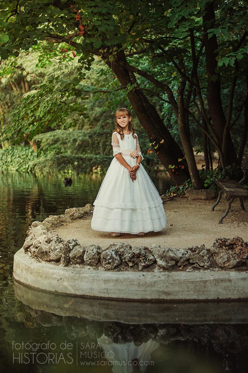 Fotos de comunion niña vestida con traje de comunion durante sesion en Collado Villalba