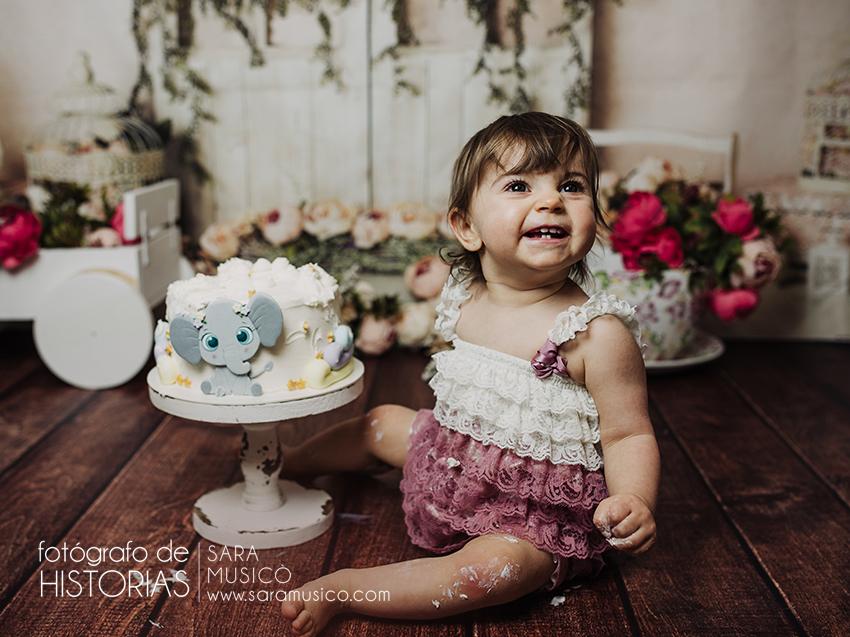 Fotos Primer cumpleaños Smash cake niña con tarta