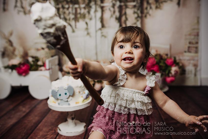 smash cake tarta y niña con cuchara