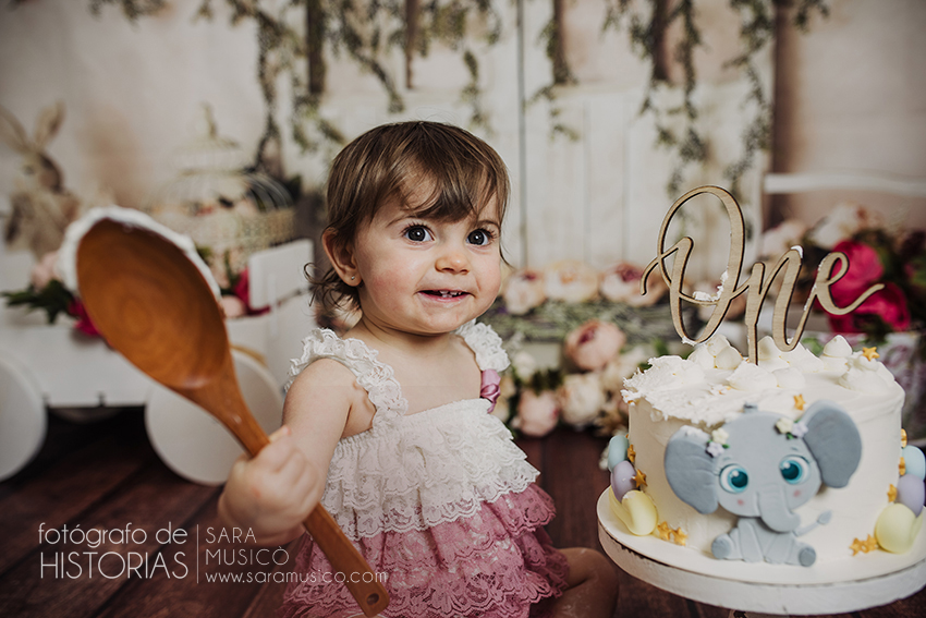 Fotos niña smash cake sonriendo